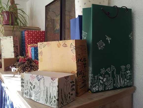 Kartons mit Stoffdruck-Design